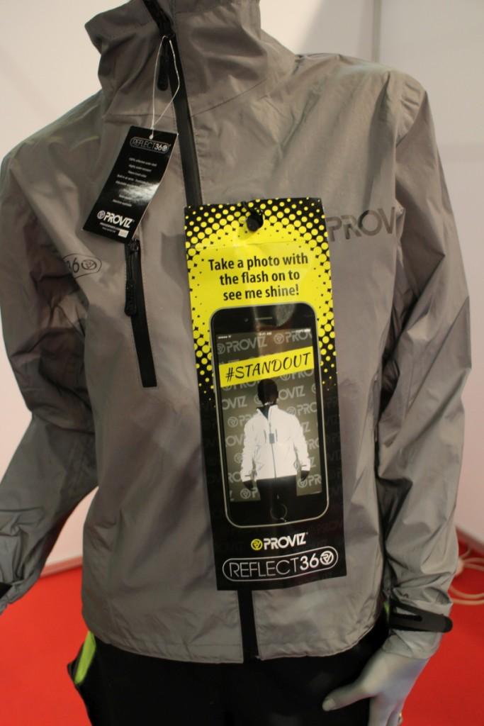 Heijastava takki, muistaakseni yli 100€. Budjettiversion voi tehdä itse heijastavalla suihkeella.