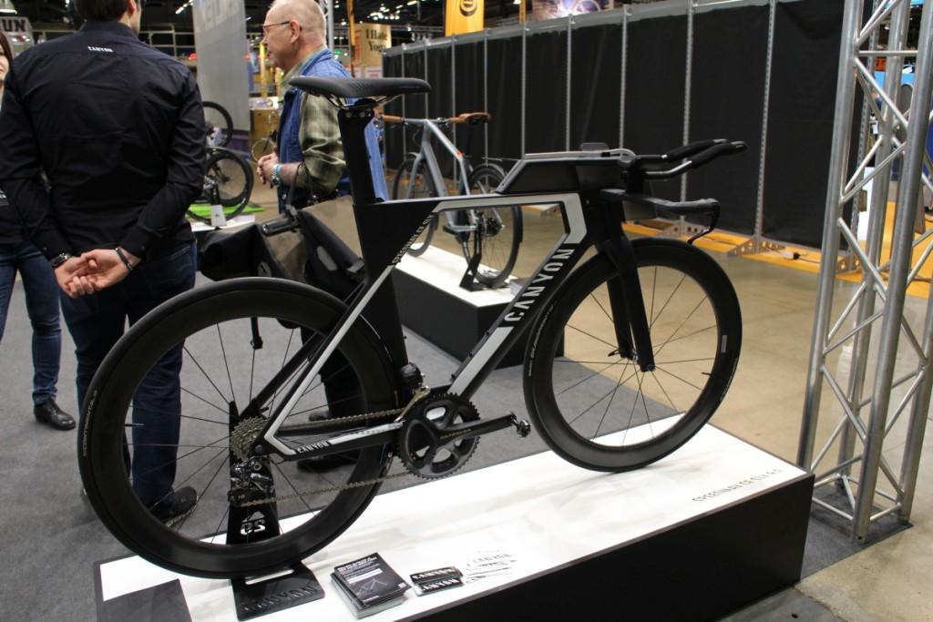 Cannondalen triathlonpyörä on yksi aerodynaamisimpia markkinoilla olevia pyöriä. Aerodynaaminen juomapullo ja eväslaatikko näyttivät toimivilta.